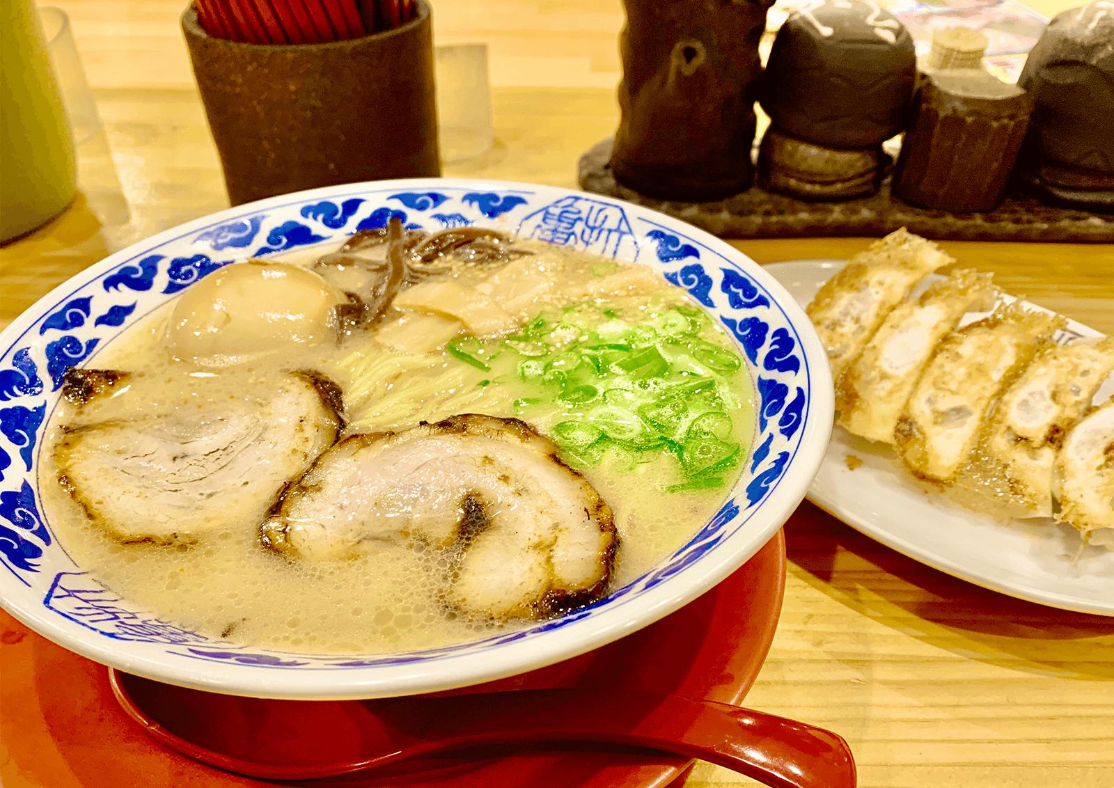 九州らーめん亀王 西中島店 亀王ラーメンと餃子